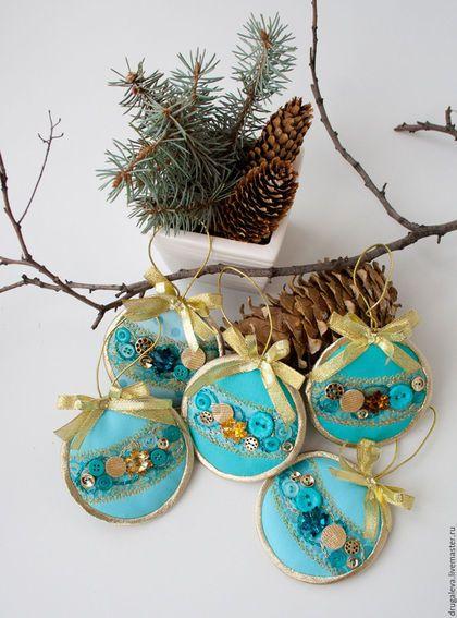Купить или заказать Новогодние игрушки Бирюзовые с Золотом, елочные украшения в интернет-магазине на Ярмарке Мастеров. По-праздничному яркие и блестящие новогодние подвески достойным образом украсят вашу елку! Ассорти бирюзовых и золотых пуговиц будет искрить от света лампочек елочной гирлянды и создавать радостное волнительное чувство приближения праздника!!! Подвески сшиты из американского хлопка, украшены пуговицами и декоративной машинной строчкой золотой нитью.