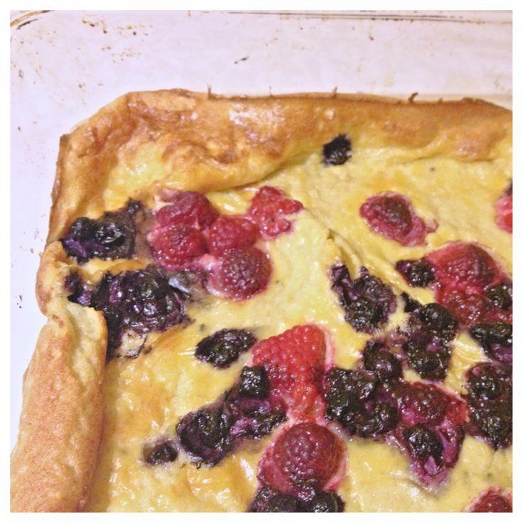 Recipe in ENG... Receptet räcker till en vanlig ugnsform (ung. storlek som till lasgane). För en tjockare pannkaka som på bilden; använd en större gjutjärnspanna. Det blir rejäla frukost/brunch-por...