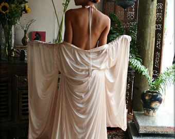 Franse kant Bruidslingerie halster Nachthemd. Heerlijk zachte kant als vederlicht en zuiver decadente tegen de huid. Deze snit is zo vleiend, snijden en markeren de schouders terwijl de uitwerking van de schoonheid van de buste-lijn. Zeer gemakkelijk te dragen met dunne satijnen lint stropdas rond de hals en een comfortabel elastiek over de rug. De jurk valt een vlekkeloze volledig in een lijn waardoor een romantische werveling van weefsel rond je voeten. Alleen beschikbaar in de kleur ivoor…