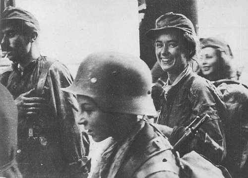 YOUNG POLISH RESISTANCE WOMEN DURING THE UPRISING