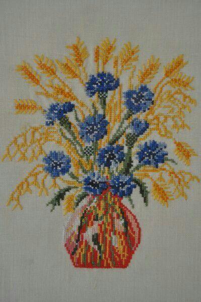 Jarrón con flores y espigas