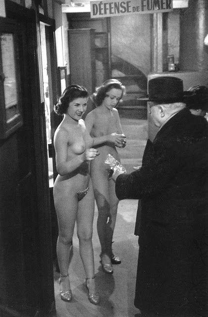 Backstage Concert Mayol, 1953 © Atelier Robert Doisneau