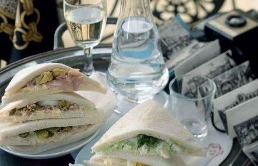 Tramezzini zijn klassieke kleine sandwiches – sneetjes witbrood met daartussen mayonaise, groente en andere vulling – die vooral geserveerd worden in Venetië.