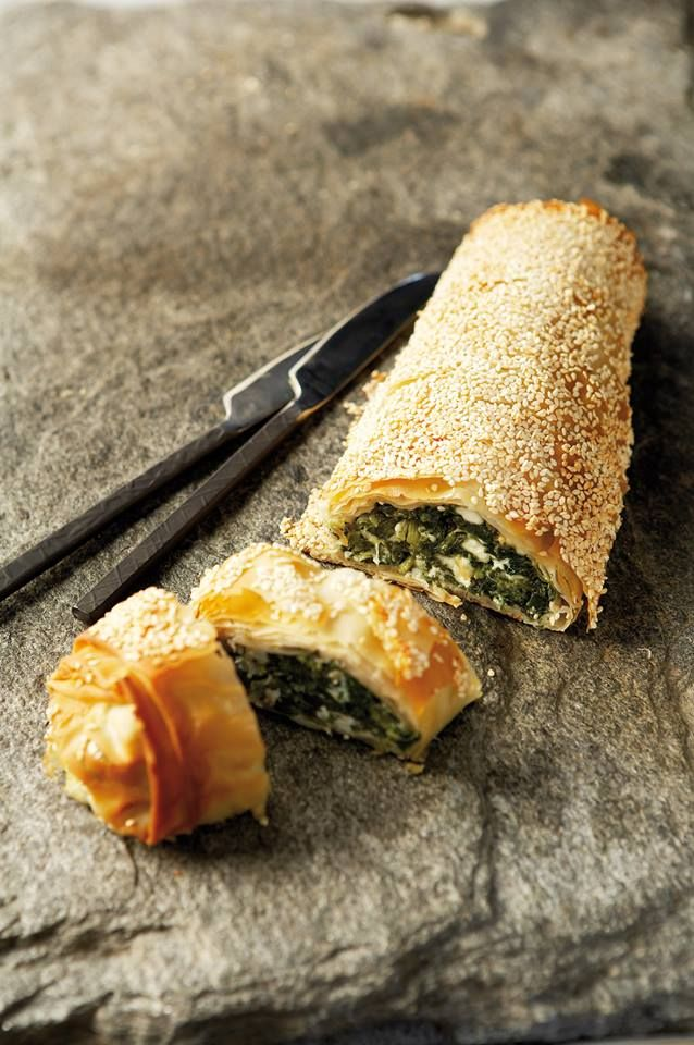 Λαχταριστή σπανακόπιτα στρούντελ  Την κλασική σπανακόπιτα, με χωριάτικα φύλλα και μια πλούσια γέμιση με αβγά και φέτα, τη λέμε πλέον… στρούντελ!