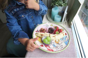 Een Monkeyplatter (recept) maak je heel makkelijk! Dit feestelijke bordje vol met lekkere en gezonde snacks als tussendoortje voor je baby/peuter/kleuter en kinderen (of jezelf) is een feestje op tafel!