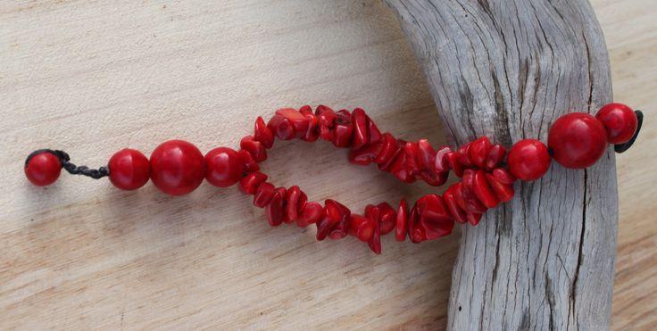 Pulsera realizada con coral de color rojo y piedra hmong de color rojo. Precio: 3€