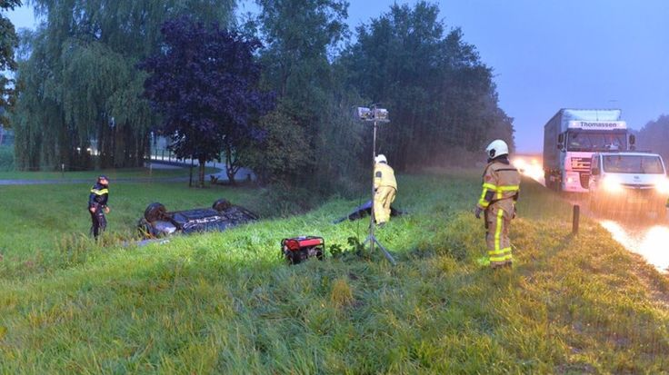 Op de A50 bij Emst is zaterdagochtend vroeg een auto van de weg geraakt en vervolgens over de kop geslagen. De wagen kwam in een droge sloot tot stilstand.