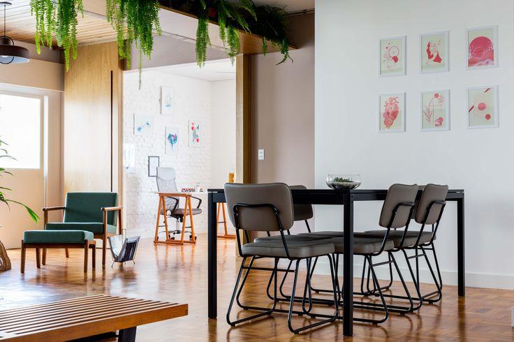Estúdio Minke.  Reforma de apartamento de 150m2 no bairro de Higienópolis, SP. Integração do espaço social, forro e divisórias em madeira, piso de taco restaurado, estrutura em concreto aparente e prateleira para plantas.