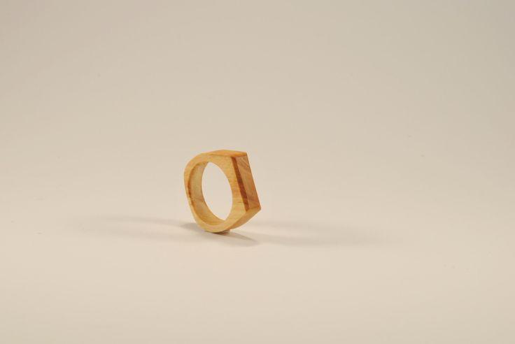 Jemnost v bříze Spíše prstýnek než prsten. Malý a přesto velmi nápadný svou kresbou a jemností. Tenhle kousek břízy vyrůstal na hranici Jeseníků a Orlických hor. A i když se jedná o malý kousek z uschlé větve, těch pár letokruhů by určitě mohlo vyprávět. Nechte je dál žít váš příběh :) Obvod56, průměr 17,8mm. Prsten vyrobil Tomáš. Je...
