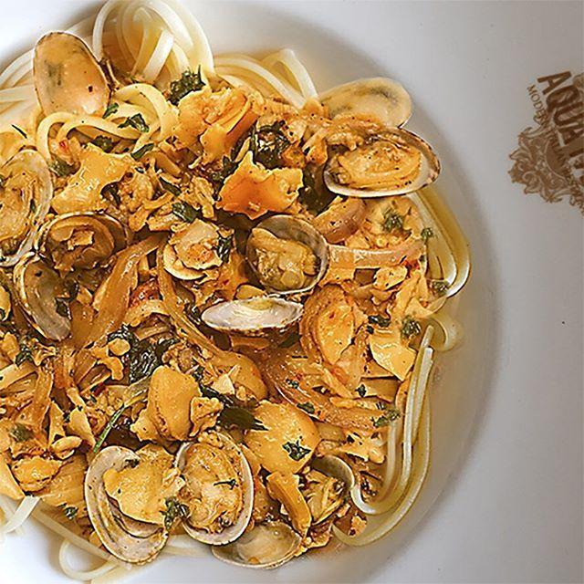 Linguine Con Le Vongole . . . Manilla clams, evoo, slivered garlic, chili flakes, Pinot Grigio clam broth, mutti tomato fondue, Meyer lemon juice + flat parsley leaves with bronze linguine.