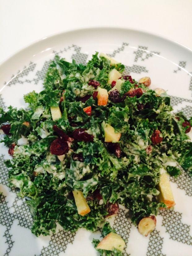 Opskrift på en super sund grønkålssalat med tranebær, æble og hasselnødder. Ifølge undersøgelser er grønkål noget af det sundeste, du kan sætte tænderne i. Læs mere og se opskriften på grønkålssalat her...