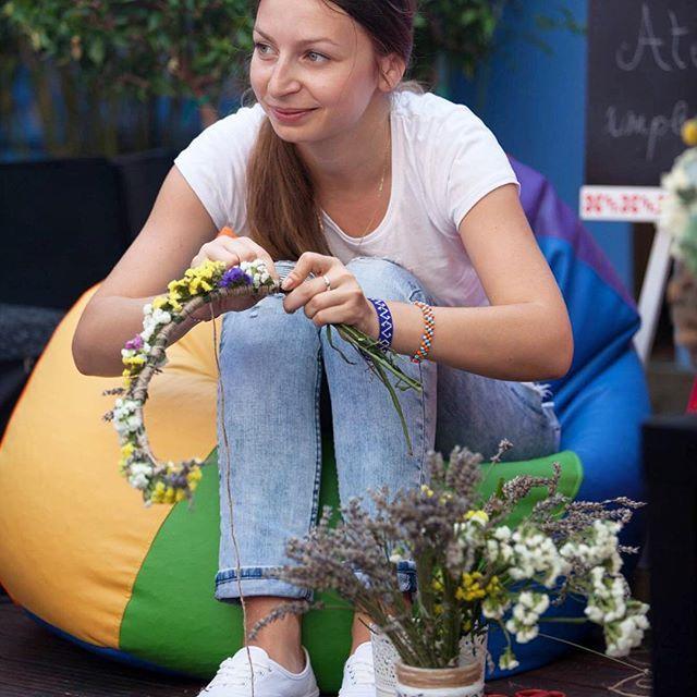 Zâna noastră, Iulia, împletind o coroniță din flori 🌼🌼🌼 #sezatoareaurbana #flowerstagram #flowers #romania #coronita  Photo by IEsc