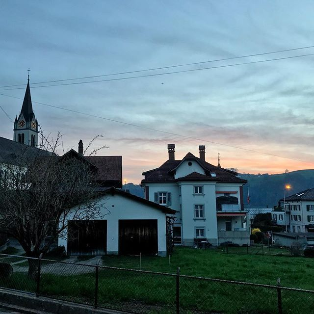 Was für ein farbenfroher Morgen!  . . . #bütschwil #sonnenaufgang #sunrise #farben #farbenfroh #colorful #colors #sky #skyporn #coloredsky #ig_ostschweiz #ig_toggenburg #picoftheday #morning #goodmorning #earlybird #pendler