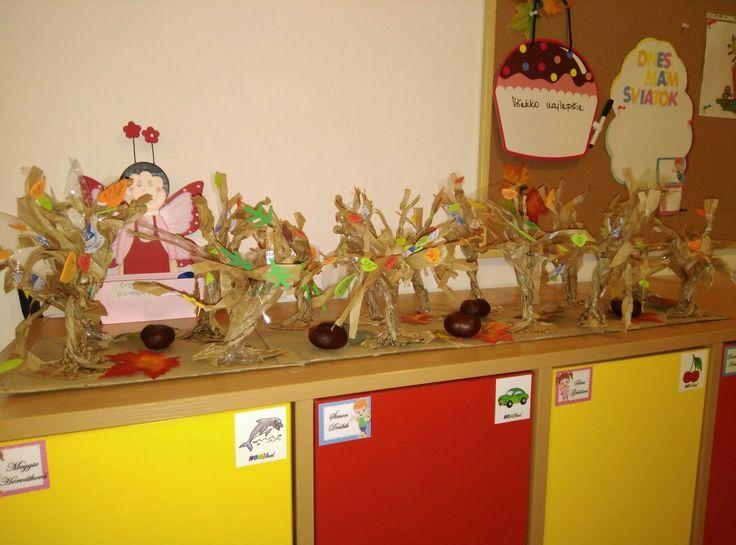 jesenné stromy vyrobené z papierových sáčkov na pečivo.