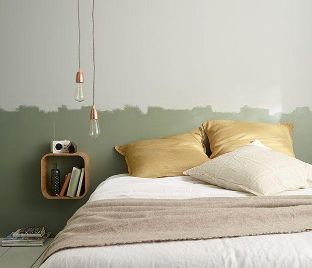 """Créez une atmosphère apaisante dans la chambre avec un duo de couleurs vert-bronze et  blanc. Adoptez un effet """"finition au rouleau"""" en tête de lit pour une déco encore plus tendance."""