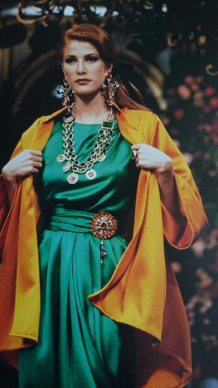 Ensemble du soir long.  Paletot en satin de soie soleil et robe en satin de soie émeraude.  Haute couture hiver 1992/93. Photo Claus Ohm.