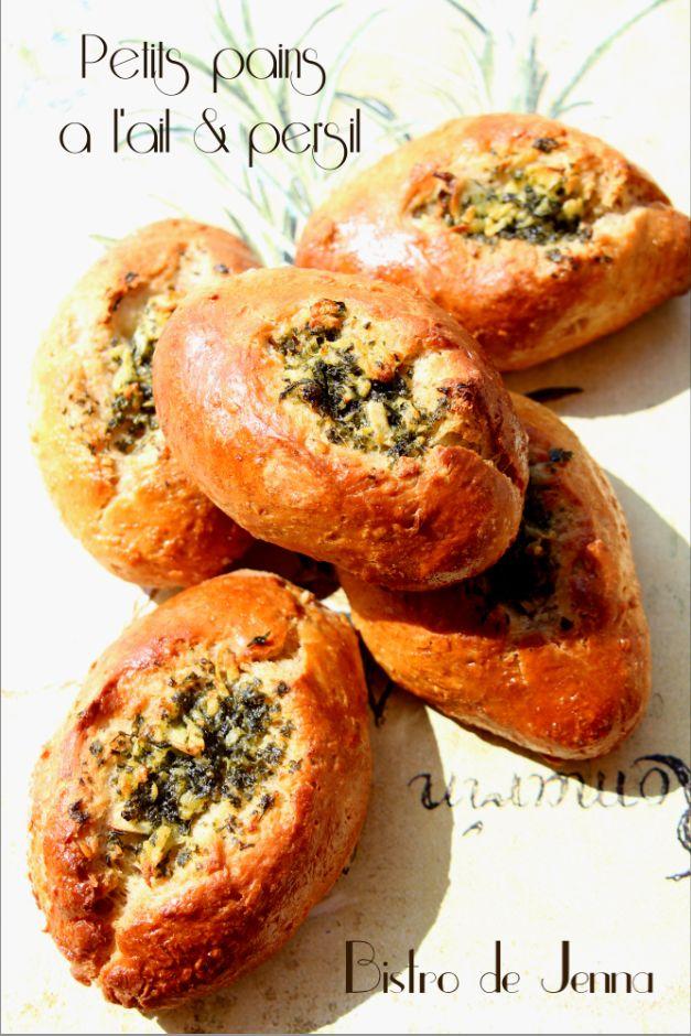 Petits pains a l'ail & persil ------------------------------ Ingrédients pour 10 petits pains Farine de blé 400 g ( moi je utiliser moitié moitié de farine Bio pour le pain avec des céréales et la farine type55 ) 20 g de sucre fin une demi-cuillère à...