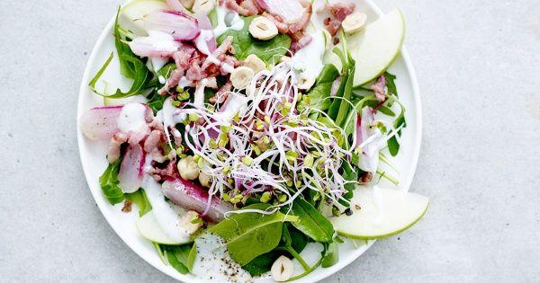 Salade van geroosterde radijsjes, spekjes, spinazie en rucola