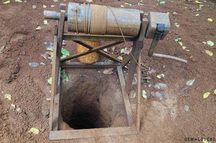 Глубина шахт достигает 10 метров. В самом низу идут ответвления в стороны. Стенки шахт никак не укреплены и работа в них достаточно опасна. #zircon #mine