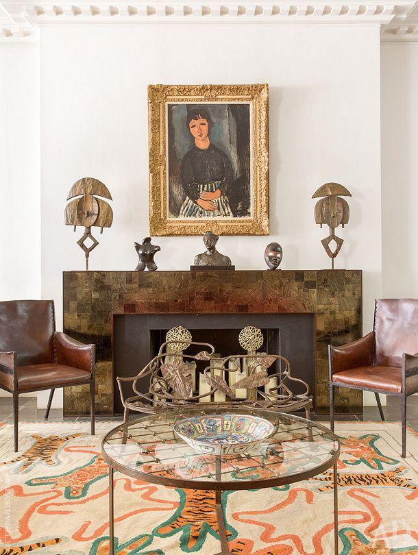 Фрагмент гостиной. На стене картина La Servante au Tablier Rayé Модильяни. Винтажный ковер работы Эрнеста Буасо. Кожаные кресла по дизайну Жан-Мишеля Франка. Скамья по дизайну Франсуа-Ксавье и Клода Лаланнов.
