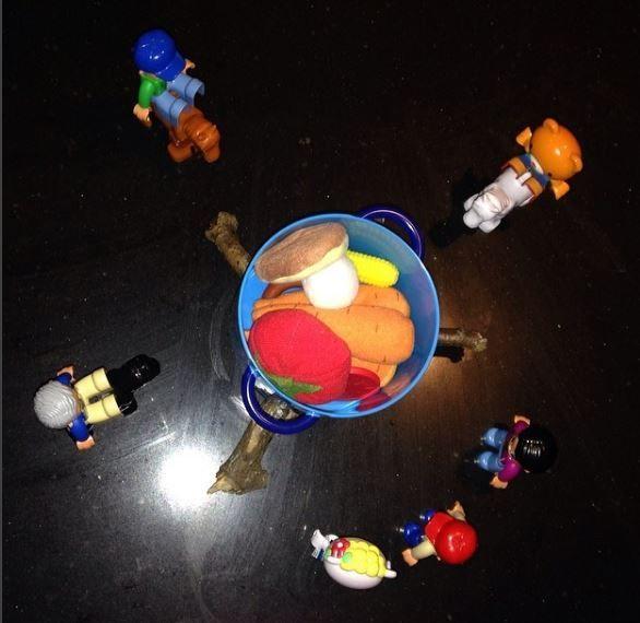 Ooit zag ik een plaatje van een groepje dinosaurus-figuurtjes die een spelletje speelden op Instagram voorbij komen. En een dag later van dezelfde figuurtjes die een melkbad veroorzaakten in de koelkast. En ineens was het een mini-hype. Er kwamen allerhande foto's voorbij in mijn feed van speelgoeddieren in de meest grappige situaties. Het idee erachter:read more