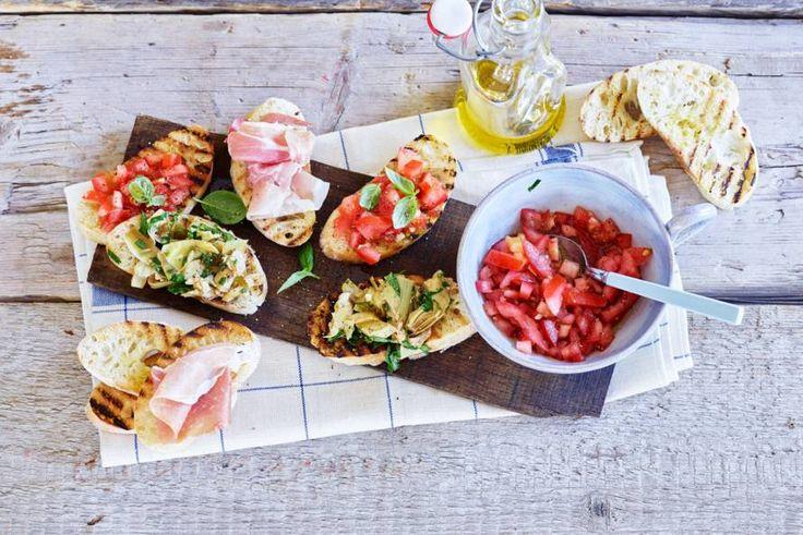 Krokante broodjes met 3 verschillende toppings: artisjok-peterselie, tomaat-basilicum of parmaham - Recept - Allerhande