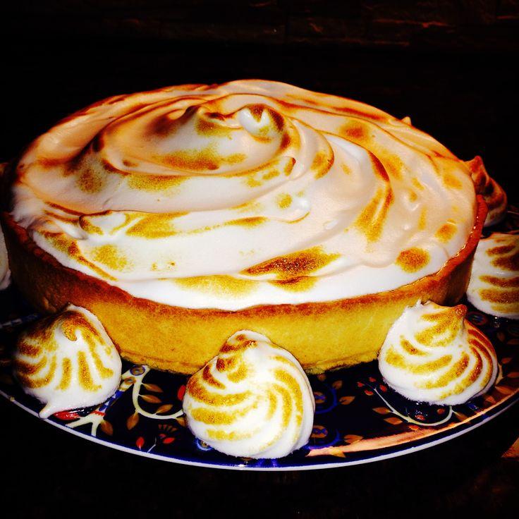 Cake with Italian meringue and lemon dessert cream on Iittala Taikametsä plate. Burned sugar on top of it.