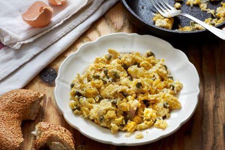 Δεν είναι μια απλή ομελέτα, είναι πικάντικη, τα κρεμμύδια είναι τσιγαρισμένα, έχει ελαιόλαδο Χωριό Κλασικό και την τρώμε όλες τις ώρες της ημέρας.