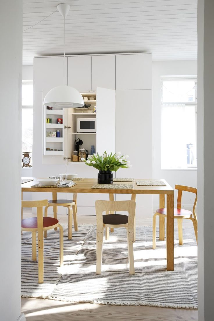 Avaran ja valoisan keittiön kaapit ovat Hanni Koroman piirtämiä ja puusepän toteuttamia. Kaikki aamiaistarvikkeet ja välineet löytyvät keskiosasta. Kaapin päädyissä ovat kylmälaitteet. Ruokapöytä on teetetty täyspuusta, tuolit ovat Artekin ja lampaanvillamatot ovat Tikaun.