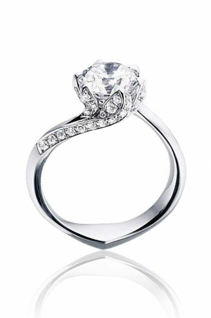 un joli design de la bague fiançaille avec diamants