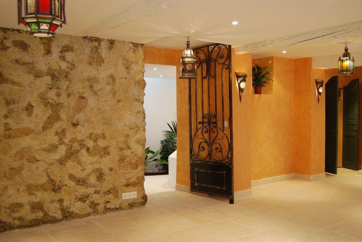 Luxueuse rénovation à proximité immédiate de la place Garibaldi et du vieux Nice. Espace convivial et chaleureux de 60 m² englobant séjour et cuisine. Une chambre en demi palier atypique, une deuxième chambre au charme oriental. Une salle de douche tout aussi originale. Le plus de cet appartement, son espace balnéothérapie relaxant, et son sauna! Laissez-vous charmer !