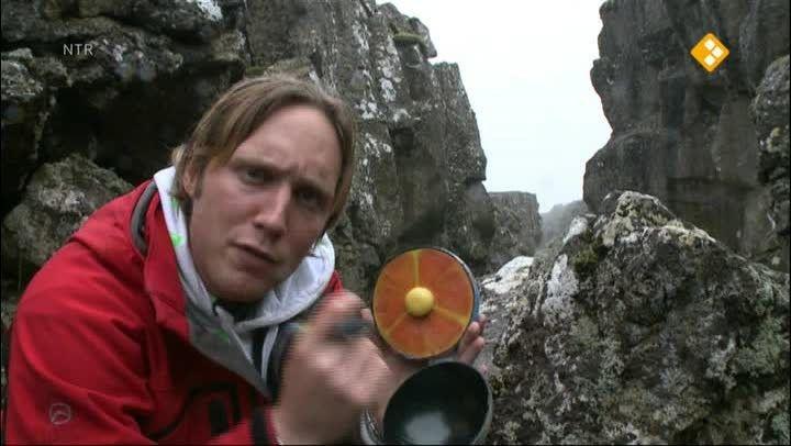 Afl.: Vulkaan. In Nederland hebben we geen vulkanen. Bart reist daarom af naar IJsland om uit te zoeken waarom daar wel vulkanen zijn. En: hoe ontstaan vulkanen? Het heeft allemaal te maken met gloeiende lava in het binnenste van de aarde. Bart komt in IJsland van alles te weten over dit gloeiend hete vloeibare gesteente. En wat is een slapende vulkaan en waarom zijn er in ons land geen vulkanen?