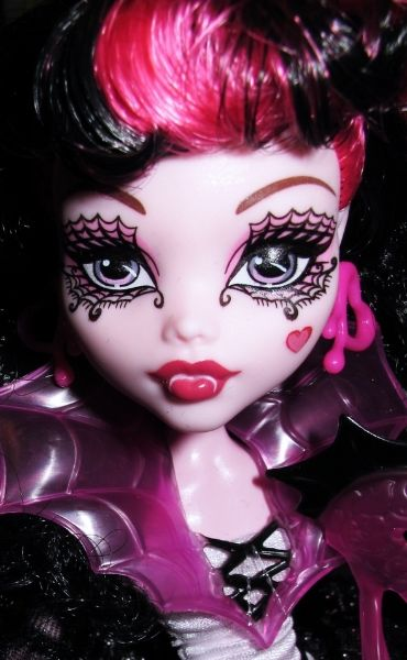 Monster High Ghouls Rule - Draculaura really exaggerated her makeup for her fancy evening out