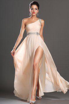 Meruňkové plesové šaty na jedno rameno  elegantní plesové šaty zaujmou svou jemností, příjemný, splývavý sametový šifón meruňková barva, řasený živůtek a zdobení na ramínku a na pase, skládaná sukně,  meruňková barva, rozparek