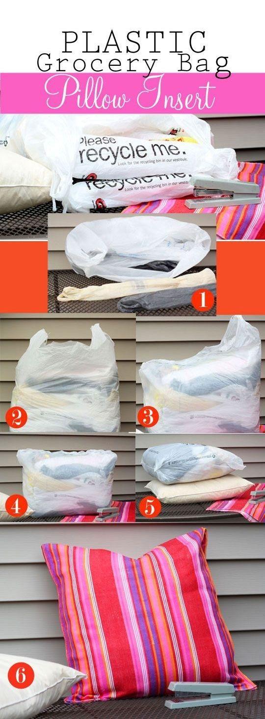 Se você já possui almofadas, deixe-as prontas para ir ao jardim forrando-as com sacolas de supermercado.