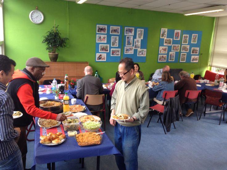 lunch verzorgd door vrijwilligers van Pr Irene School aan vrijwilligers van Repareerlokaal WIJKIE van Hip & Duurzaam