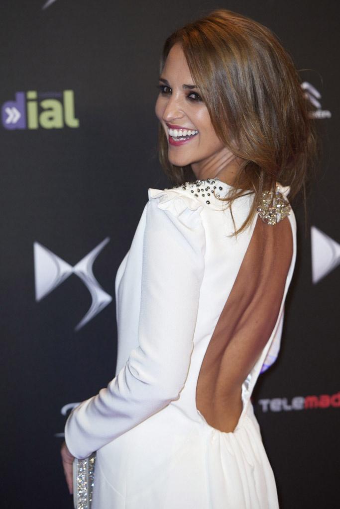 Paula Echevarría, en el estrenos de Vulnerables en Madrid, con un vestido blanco de Beba's Closet de manga larga y escote vertifginoso en la espalda. Directa a nuestro Top de vestidos cut out.