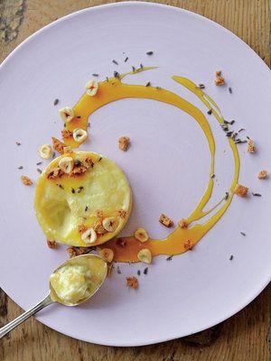カマンベールのまるごとフォンデュは、みなさんご存知のはず。そこにマンゴーソースやラベンダーの香りをプラスしたら、おしゃれで美しいデザートが出来上がり! 『ELLE a table』はおしゃれで簡単なレシピが満載!