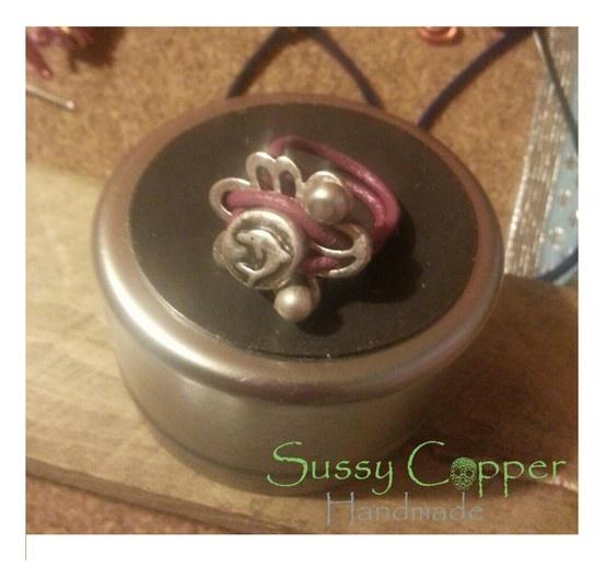 Anillo zamak y piel.   Derechos de imagen y creacion de piezas de Sussy Copper.   sussycopper@gmail.com