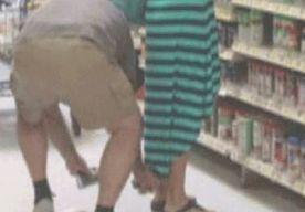 18-Jun-2015 15:45 - VIEZE LERAAR MAAKT STIEKEM FOTO'S ONDER DE JURKJES VAN VROUWEN!. Op heterdaad betrapt worden is pijnlijk, weet ook een Amerikaanse onderwijsassistent. Hij zit vast, omdat hij ongewild pikante foto's maakte van vrouwen. Eén van zijn slachtoffers legde zijn daad later vast op camera. De onderwijsassistent John Wiggins (55) uit Henrico County in de Amerikaanse staat Virginia ging even voor wat boodschappen naar een supermarkt in het plaatsje Short Pump. Alhoewel,...