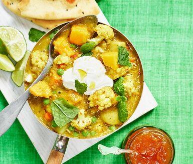 Blomkål är huvudingrediens i den här kryddigt doftande grönsaksgrytan som får extra proteintillskott med röda linser. Med mango, kokosgrädde och smaksatt med garam masala, gurkmeja och koriander kommer du känna den indiska värmen vid ditt middagsbord.