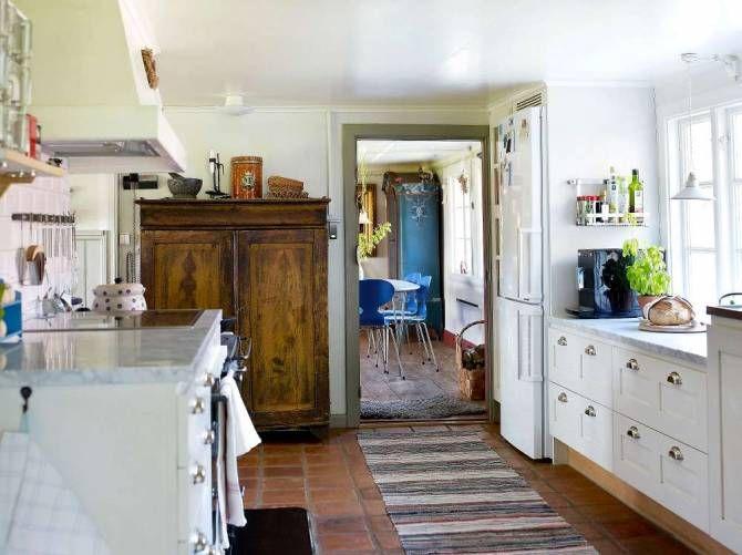 Lantköket är måttbeställt från Lidhults, marmorskivan kommer från ett stenhuggeri i Varberg. Vedspisen hörde till huset, liksom träskåpet som får stå kvar som porslinsskåp. I matsalen sker ett oväntat möte mellan det imponerande blå skåpet, köpt på auktion, och blå Myranstolar kring ett vitt ellipsebord.