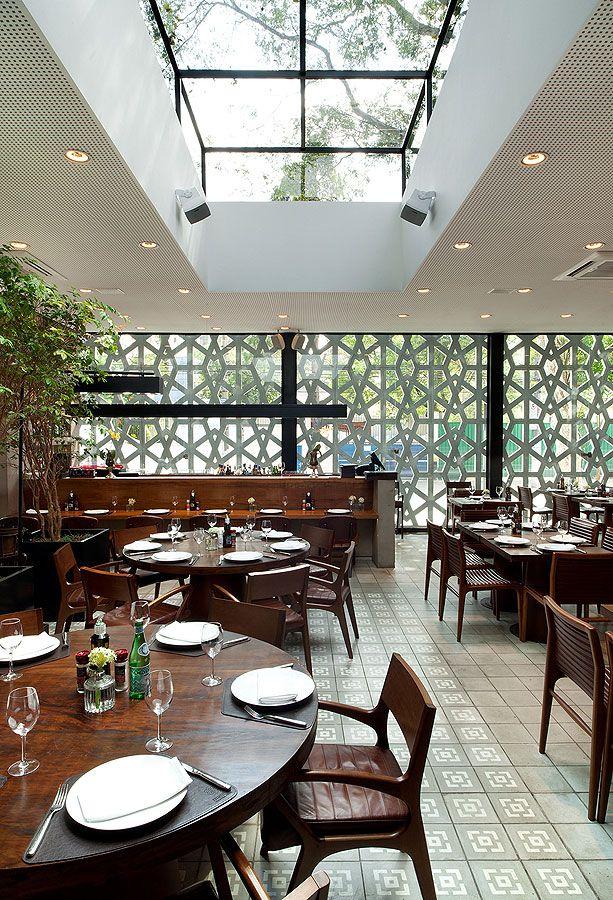 Restaurante Manish, São Paulo - No interior do restaurante criou-se um pátio sob a claraboia que permite múltiplas organizações e configurações de espaço. ______________________________  Manish restaurant, São Paulo, Brazil #restaurant #architecture