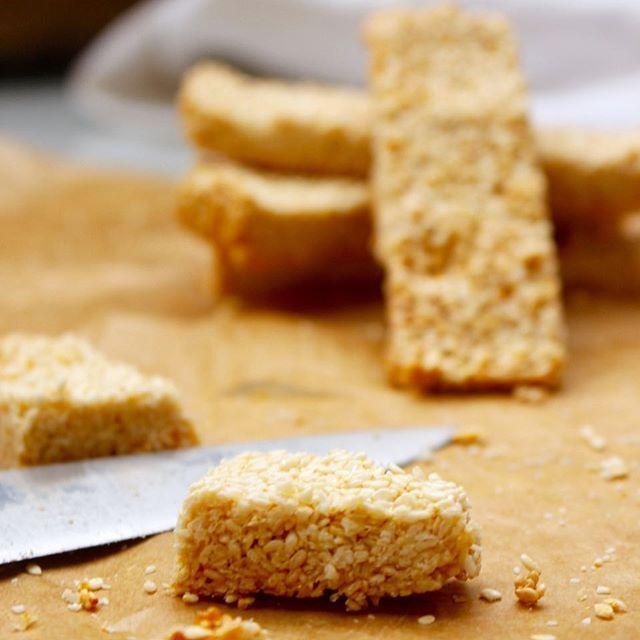 Sesamkakor med bara 2 ingredienser (vegan, paleo, glutenfritt, utan vitt socker) Nytt recept uppe idag på bloggen! Perfekta fika- eller melliskakor med nyttiga sesamfrön. Sesamfrön är rika på kalcium, magnesium och järn. Dessutom innehåller de en del protein vilket gör dessa kakor till bra efter-träning-bars. #glutenfritt #mjölkfritt #vegan #nillaskitchen #sjustegtillettfriskarejag #glutenfree #paleo #vegan