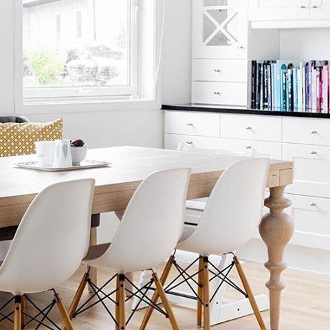 Alltid like gøy å se møblene våre i hjemmene deres:) takk for nydelig bilde @mamaknit.no #yggoglyng #viola #norwegianliving #interior #interiør #instagram #instadaily #nordic #nordiskdesign #nordisk #heltre  #eik #hvitoljet #lys #kjøkken #kitchen #dinner #eames #vitra