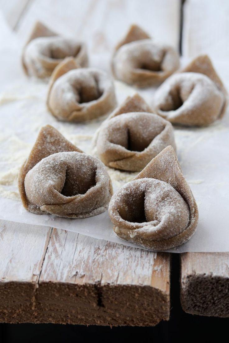 Tortelloni di grano arso al Ciauscolo su fonduta di burrata con brunoise di zucchine