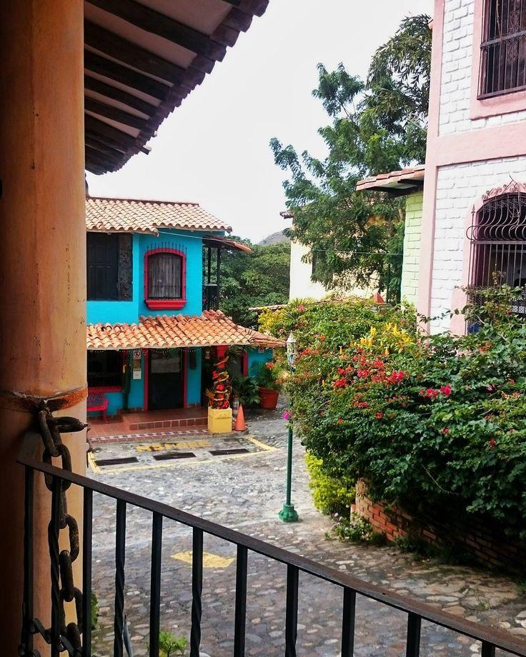 Les 25 meilleures id es de la cat gorie fachada coloniales for Casa design manzano