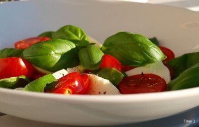 Tomatsalat med mozzarella og pinjekjerner