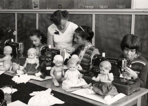 Een naaicursus op Singer naaimachines, om meisjes poppenkleertjes te leren maken. Nederland, Arnhem, 17 juli 1956.