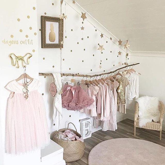 •Dagens favorit• Ordning och redan, löning ... så enkelt men fint för dem som vill ha koll på sina kläder Så fint @apellebacken #barnrumsinspo #inspo #barnrum #kidsroom #barnerom #inspo